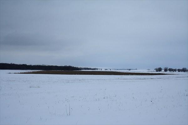 Озеро Меринок (большой участок растительности на горизонте).