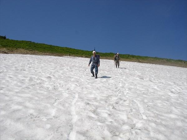 Спуск по снежнику в долину р. Иня