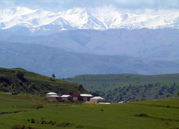 Вид на пики Кавказского хребта с перевала