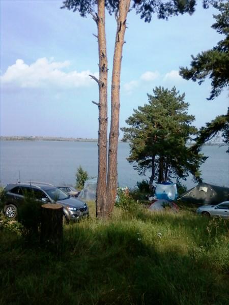 Народу на озере очень даже прилично