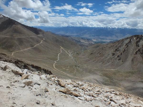 Вид на долину Инда и Ле с подъема на перевал Khardung La