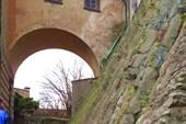 Скала на которой построен замок