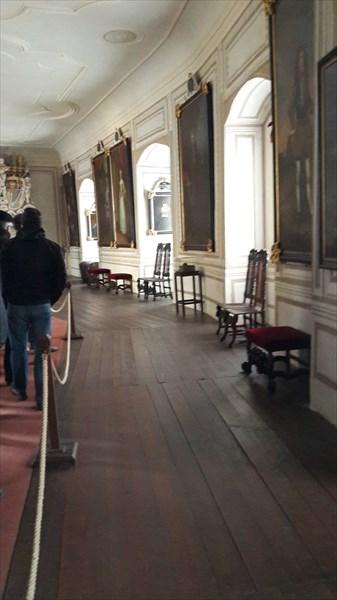 Комната с портретами