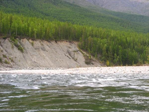 Фото 43. Высокий осыпной левый берег у впадения реки Намама