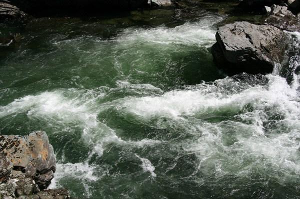 Фото 41. Вид с береговой скалы на порог «Жаба». Слив и прижим