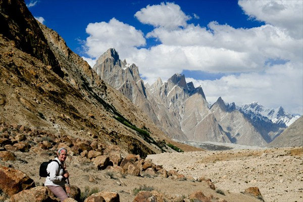 на фото: На зеленом склоне слева укрылся от палящего солнца лагерь Пайю