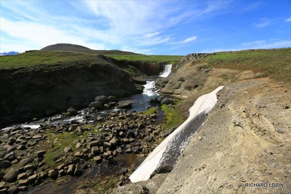 Один из тысяч водопадов Исландии