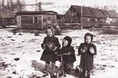 Фото 2. Я с двумя сестрами на фоне бараков (1956 г.)