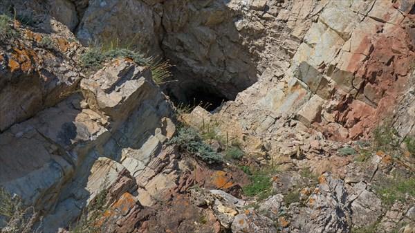 Пещера в утесе Дыроватый