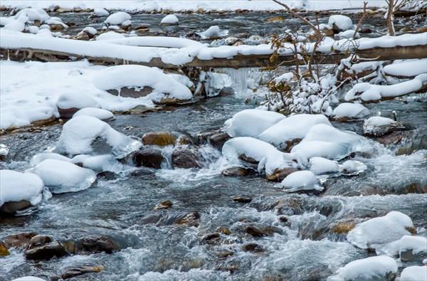 Заледеневшая река Донгузорун, по дороге на Поляну Нарзанов.