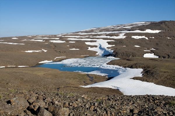 Наверху многие озера в конце июля все еще подо льдом