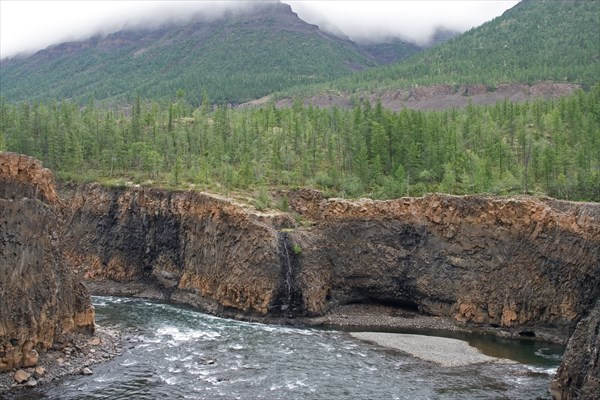 Начало каньона после первого водопада на Иркингде