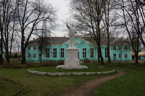 Памятник В.И. Ленину у железнодорожного вокзала