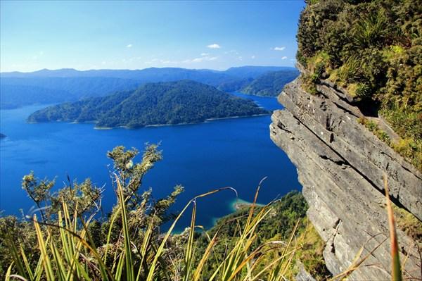 Скалы, кусты, острова на озере - красотища!