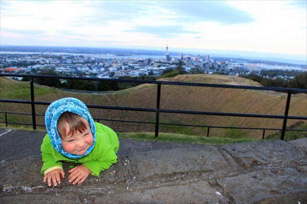 Тая решила спуститься в кратер вулкана