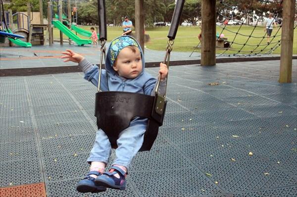 Качели-трусы удобны для малышей и мам