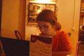 Дашка пытается работать в французской кафешке
