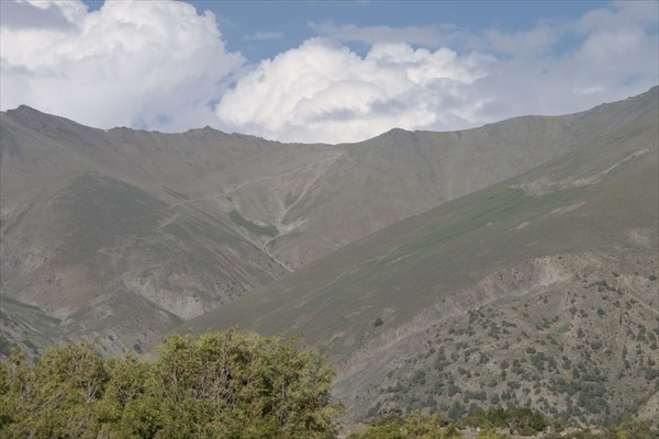 Видна тропа на Алаудинский перевал