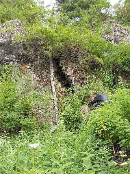 Пещерка по правому борту Калычака.
