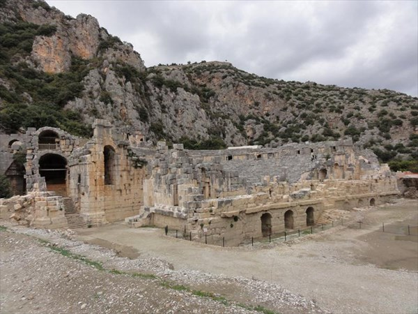 Некрополь и театр