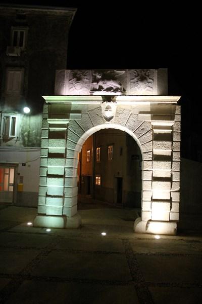 Городские ворота — остатки крепостных стен. На них еще сохранилс