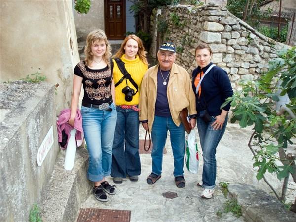 Местный житель Фонтан-де-Воклюз с русскими девушками