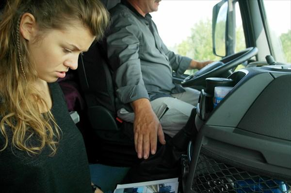 Александр показывает свой альбом с памятными фото