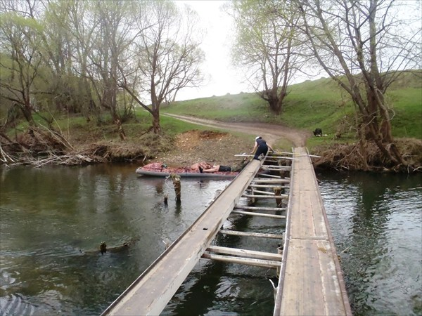 Проводка байдарки под мостом.