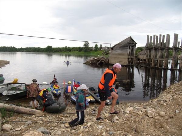 Переносимся через плотину наплавного моста