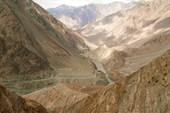 Каракарумское шоссе вырублено в скалах