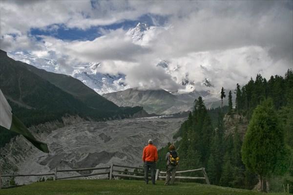 Внизу ледник, вверху Нанга Парбат, везде - горы
