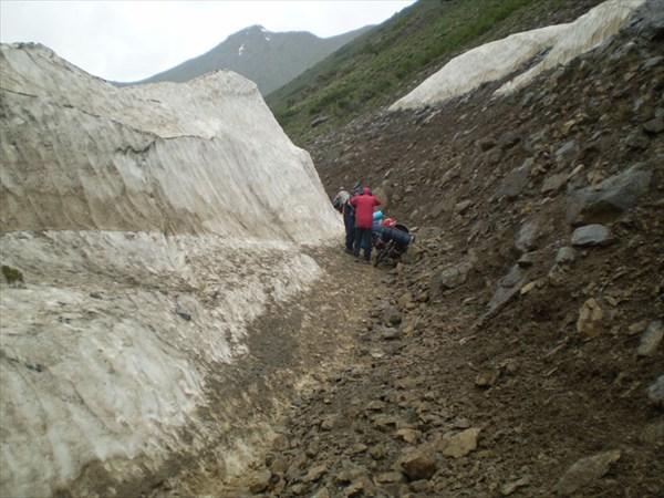 Первый снег обрушивсейся на дорогу лавины