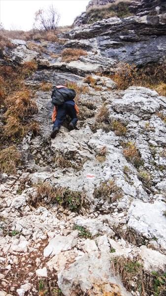Завершение спуска вдоль красных скал