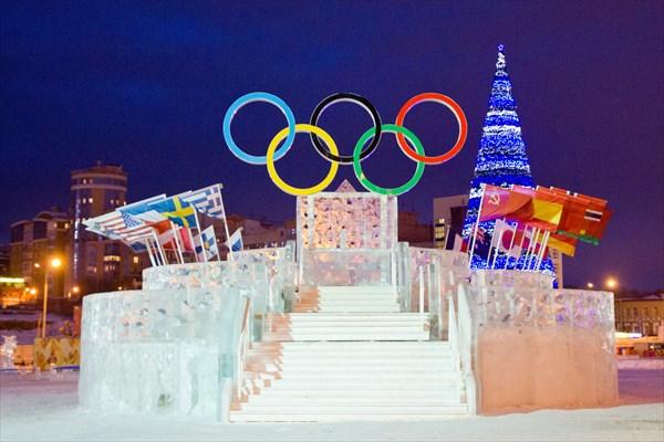 Центральная площадь Перми в Новый год. Ледовая скульптура.