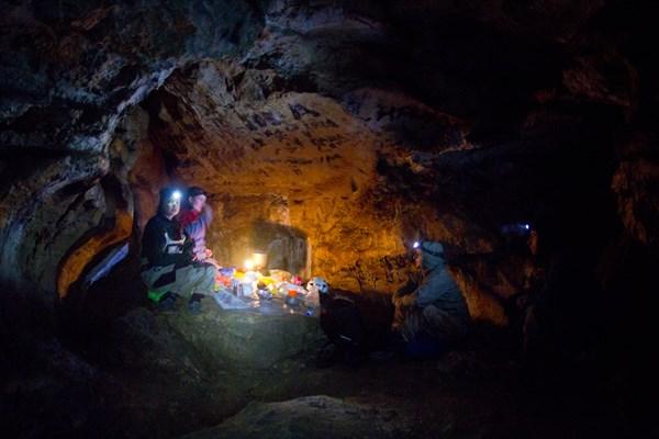 Грот в пещере Геологов-1. Самый удобный для жилья и стола.