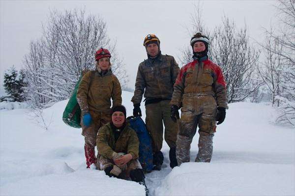 Просто групповая фотка спелеологов, ищущих вход )