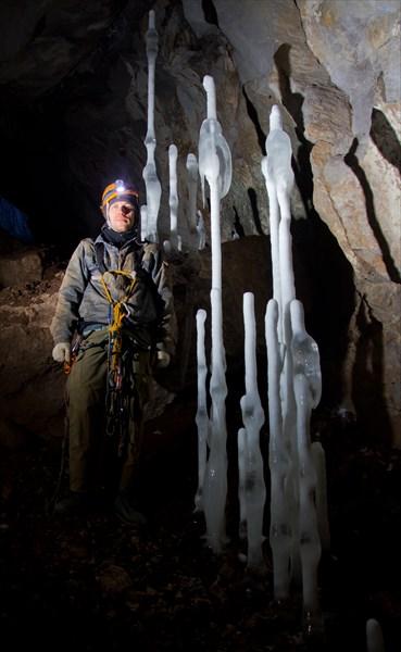 Ледяные сталагмиты на входе в Мариинскую