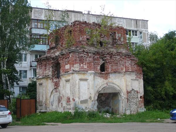 Руины рядом с воскресенской церковью