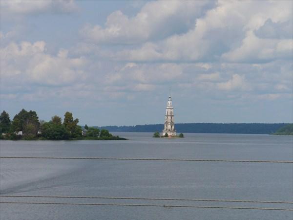 Вид на колокольню с моста