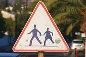 Дорожный знак `Осторожно, дети`?