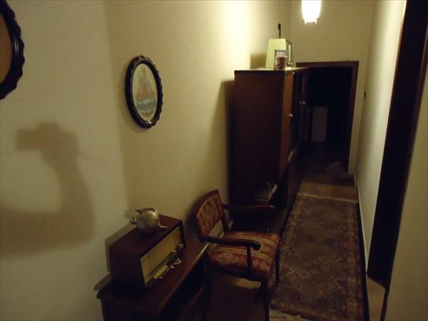 Коридор первого этажа, двери в номера