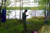 Комары достали, Леха изучает инструкцию к маскитолу