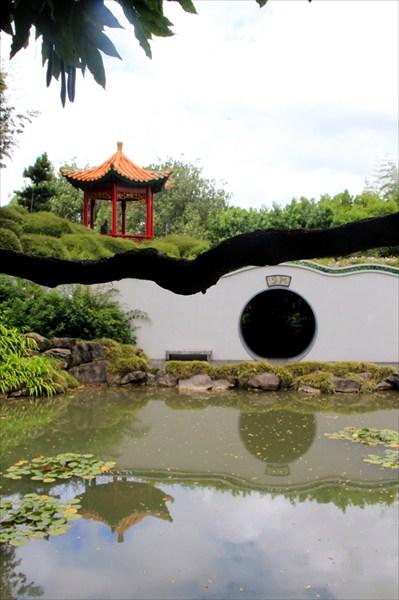 Один из необходимых элементов китайского сада - это вода