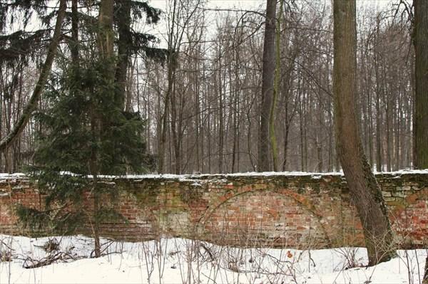 Остатки стены между храмовым комплексом и территорией усадьбы