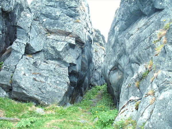 Тропа через скалы