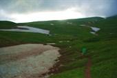 Вдалеке виднеется палаточный лагерь