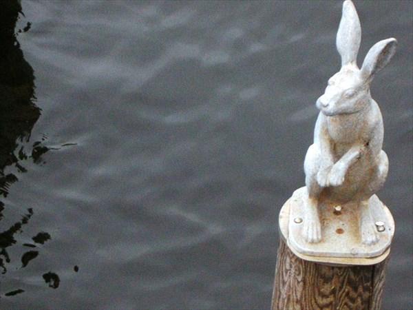 Фигурка зайца у Иоанновского моста, 2003