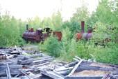Паровозы рядом с разрушенным зданием депо