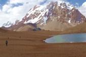 Озеро на высоте 5200, за ним пик 6771