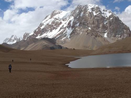 на фото: Озеро на высоте 5200, за ним пик 6771